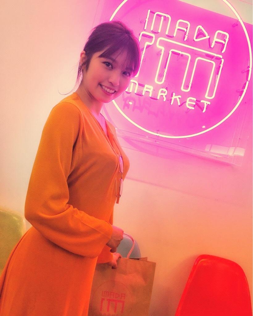 オレンジワンピースを着るMIYU