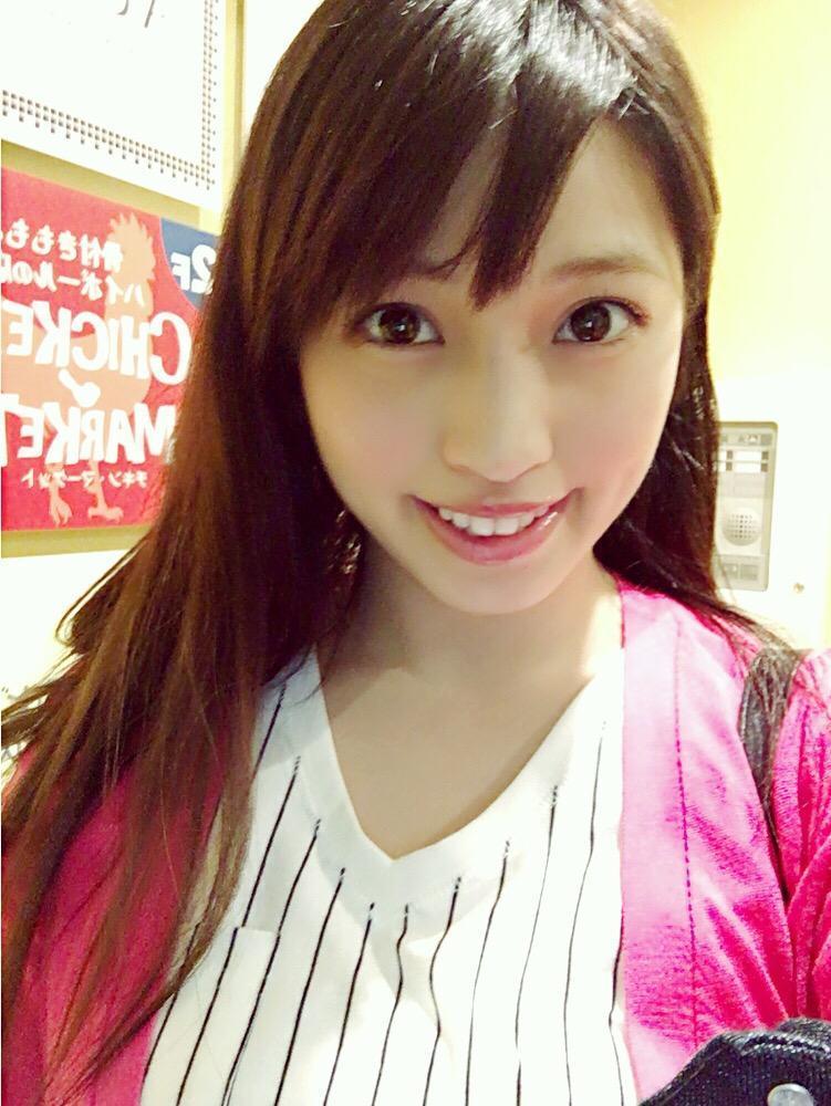 ピンクのカーディガン着るMIYU