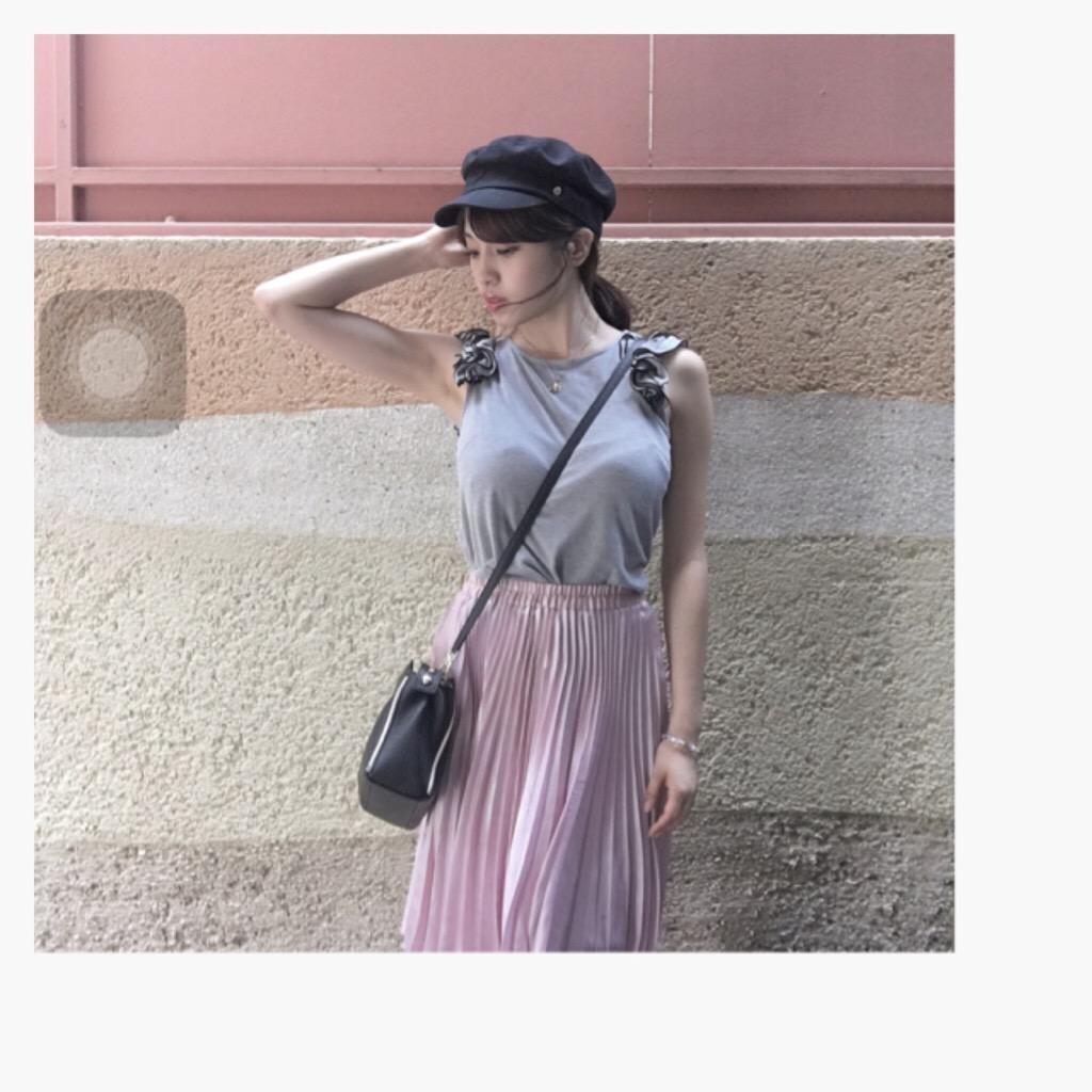 ピンクのプリーツスカートのMIYU