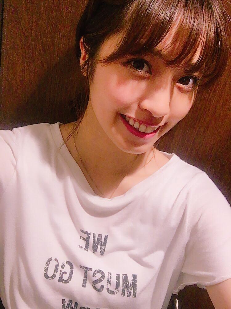 白のTシャツを着るMIYU